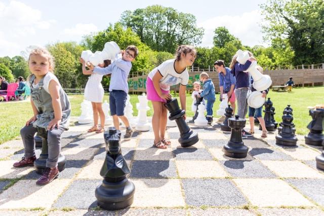 les échecs géants parc de loisirs et aire de jeux finistère les jeux